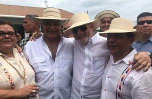 Ricardo Martinelli y José Raúl Mulino firman libros para la renovación de Cambio Democrático. Foto/Cortesía