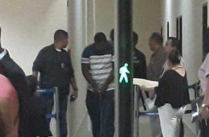 Rigoberto Lasso (al fondo), llegó esposado de manos y pies, con un sueter azul con blanco y rayas rosadas. Un jeans y siempre mirando hacia el piso. Foto: Jesús Simmons/EPASA