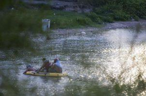 En junio pasado, un padre salvadoreño y su pequeña hija también perdieron la vida cuando intentaban cruzar el río Bravo. FOTO/EFE