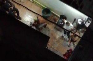 Residentes de un edificio en Perejil denunciaron la práctica de rituales donde se sacrificaron varios animales. Foto: Cortesía.