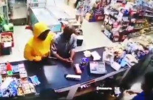 Una cámara de seguridad capta el momento en que dos sujetos roban en un local comercial en Barrio Colón, La Chorrera.