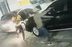 El robo ocurrió en los estacionamientos de un edificio en Pueblo Nuevo.