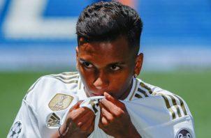Rodrygo Goes, de 18 años, besa el escudo del Real Madrid. Foto EFE