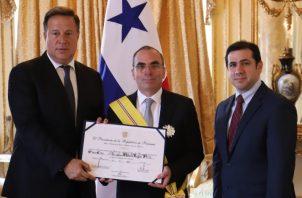 Rolando López (centro) recibió la Orden Manuel Amador Guerrero, en el Grado de Gran Cruz. Foto Presidencia
