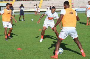 Julio Dely Valdés (cent.) supervisa los entrenamientos . Foto:Fepafut