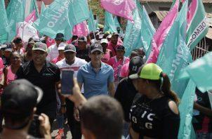 Rómulo Roux inició su recorrido de hoy en el conocido Puente Rojo, donde caminó junto con la oferta electoral de Cambio Democrático y Alianza en el popular distrito de San Miguelito.