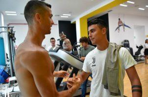 Ronaldo saluda a Paulo Dybala. Foto:@juventusfc