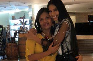 Rosa Iveth Montezuma recibiendo a su mamá. Foto: Instagram