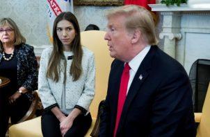 El presidente de EE.UU., Donald Trump (d), conversa con Fabiana Rosales, esposa del jefe el Parlamento venezolano, el opositor Juan Guaidó, durante la reunión que celebraron en el Despacho Oval de la Casa Blanca. FOTO/EFE