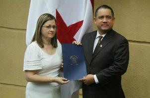 La ministra Rosario Turner le entrega al presidente de la Asamblea Nacional, Marcos Castillero, proyecto que modifica Ley 90.