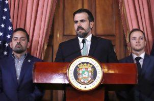 El gobernador de Puerto Rico, Ricardo Rosselló (c), habla junto al secretario de la Gobernación, Ricardo Llerandi (d), y el subsecretario, Eric Rolón (i), durante una conferencia de prensa ofrecida en la Fortaleza. FOTO/EFE