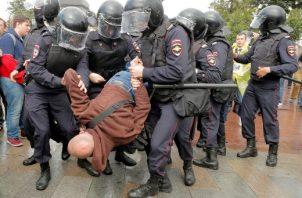 Las autoridades moscovitas desplegaron un gran dispositivo policial, con fuerzas antidisturbios y empleo incluso de helicópteros, para impedir la manifestación opositora. FOTO/AP