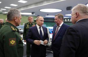 El presidente ruso, Vladimir Putin (c-i); el jefe de Estado Mayor ruso, Valery Gerasimov (i), y el representante para la Protección del Medioambiente, Ecología y Transporte, Sergei Ivanov (2d), visitan el Centro de Control Nacional de Defensa en Moscú (Rusia).FOTO/EFE