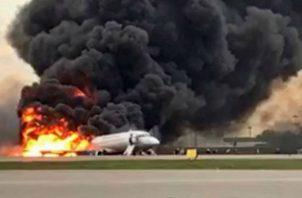 El avión Sukhoi Superjet-100 incendio en Moscú. Foto: EFE.