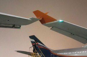 """""""Los pasajeros están siendo evacuados. Los técnicos están examinando las aeronavez. No ha habido informes inmediatos de víctimas""""."""