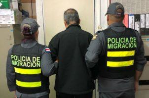 Momentos cuando el sacerdote fue retenido. Foto: Mayra Madrid.