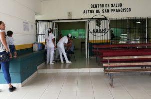 La jornada de vacunación contra la influenza ha tenido que realizarse fuera de las instalaciones. Foto/Eric Montenegro