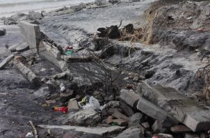 Se ha registrado el derrumbe de cercas u muros en casas próximas a la rivera de esta playa. Foto/Eric Montenegro