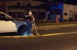 En el sitio del accidente en San Carlos quedaron dispersos los paquetes con las compras.