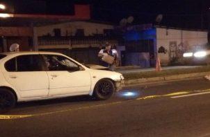 En este accidente registrado en San Carlos se encuentra involucrado un auto Sedán de color blanco.