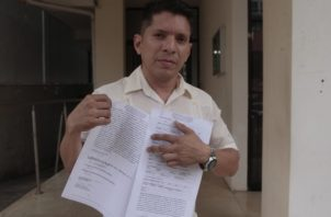 Domínguez al interponer ayer la denuncia. Víctor Arosemana