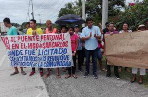 El puente que se pretende construir afectaría las propiedades de unas ocho familias entre otros perjuicio, indicaron los manifestantes.