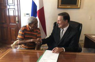 El presidente Juan Carlos Varela sancionó este viernes el proyecto que crea el bono de 100 dólares para los jubilados.