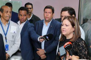 Rosario Turner, ministra de Salud se reunión con funcionarios del hospital Santo Tomás.