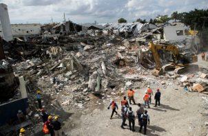 Unidades de búsqueda y rescate trataban de ubicar otras posibles víctimas en Santo Domingo. EFE