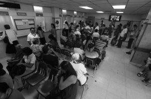"""Cómo es posible que uno acuda a buscar la atención de salud requerida y un empleado, normalmente mal humorado y carente de toda paciencia, te diga: """"su ficha de seguro social"""". Foto: Archivo."""