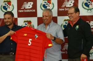 Américo Gallego (c), técnico de Panamá durante la presentación de la nueva prenda deportiva. Foto Anayansi Gamez