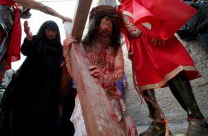 Las plegarias en latín pronunciadas por los religiosos adornaron la procesión.