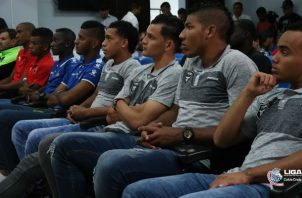 Jugadores de Tauro,  Árabe Unido, Sanfra, Costa del Este en el sorteo de semifinales. Foto:LPF