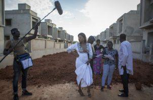 """""""Amante de un Hombre Casado"""" fue escrita por Kalista Sy, una senegalesa. La actriz Esther Ndiaye. Foto: Jane Hahn para The New York Times."""