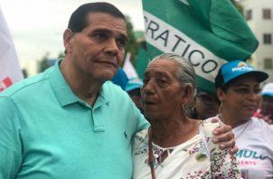 """Sergio """"Chello"""" Gálvez, candidato a la vicealcaldía recorrió el sector de Curundú junto a un grupo de simpatizantes."""