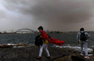 La tormenta de polvo  se ha extendido por las zonas afectadas por la sequía en Nueva Gales del Sur  y ha cubierto los puntos de referencia de Sídney. EFE