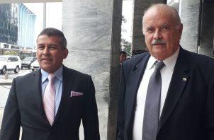 Los abogados Sidney Sittón (izq.) y Miguel Antonio Bernal presentaron cinco denuncias en contra del expresidente Juan Carlos Varela. Foto Víctor Arosemena