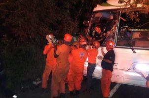 Traslado de los heridos por caída de árbol sobre un bus en la vía a Loma Cová, en el distrito de Arraiján. @Sinaproc_Panama .