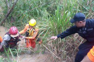 Solicitan ayuda del Sinaproc para que rescate a cuatro adultos ebrios en un río. Foto: Sinaproc.