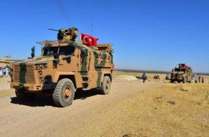 Un soldado de EE.UU. observa una fortificación con militares sirios en Tal Abyad. EFE.
