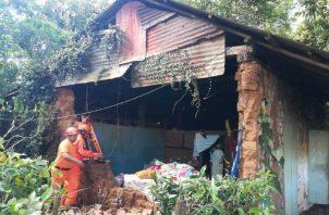 La señora que reside en esta vivienda se despertó cuando la pared se desplomó. Foto de José Vásquez