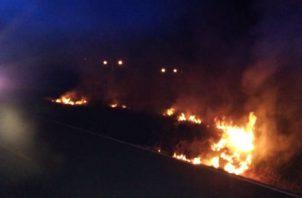 Las llamas rodearon la cerca perimetral del campo santo en Soná, Veraguas.