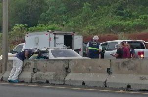 El vehículo en el que ocurrió el incidente quedó en la autopista, a la altura de La Arboleda. Foto de Eric Montenegro