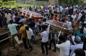 Los habitantes de Sri Lanka llevan los ataúdes con los restos de Berington Joseph, a la izquierda, y Burlington Bevon, a la derecha, quienes murieron en los atentados del domingo de Pascua. FOTO/AP