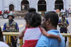 Soldados de la Armada de Sri Lanka montan guardia frente a la Iglesia de San Antonio en Colombo. FOTO/AP