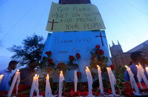 La gente enciende velas mientras condenan las explosiones mortales de bombas en Sri Lanka, durante una protesta en Pakistán. Foto EFE