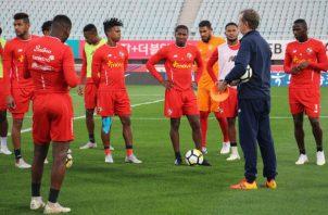 El técnico Gary Stempel conversa con los jugadores. Foto:Fepafut