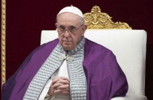 El papa Francisco oficiando una misa penitente en la Basílica de San Pedro en El Vaticano. Foto: EFE.