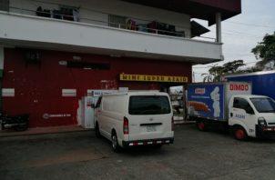 Ambos negocios fueron asaltados a los 8 de la noche cuando hay gran cantidad de clientes. Foto/Eric Montenegro