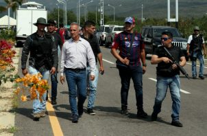 "Chavistas armados escoltan a Freddy Bernal (3i), denominado ""protector"" del Táchira, en Ureña (Venezuela). Foto: EFE."